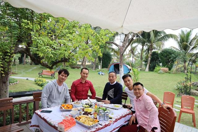 Chiêm ngưỡng nhà vườn bạc tỷ rau trái xum xuê, hoa nở bốn mùa của sao Việt-9