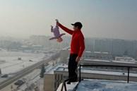 Thót tim với 'màn biểu diễn' của ông bố xách ngược con gái 3 tháng tuổi trên nóc nhà và phương pháp rèn luyện bệnh hoạn gây bức xúc
