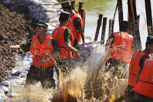Trung Quốc: Vỡ đê Trường Giang vì mưa lớn, hơn 9.000 người chạy lũ trong đêm-1