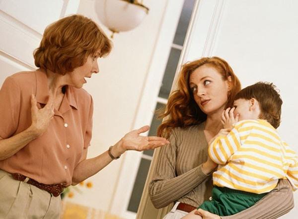 Nghĩ mẹ chồng làm hỏng con mình khi để cháu chơi đùa ở quê, con dâu quát mắng tỏ thái độ là xấc xược, hỗn láo?-1