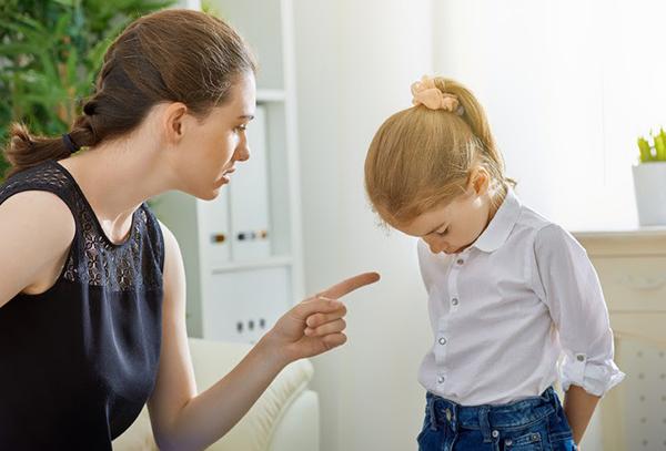 Nghĩ mẹ chồng làm hỏng con mình khi để cháu chơi đùa ở quê, con dâu quát mắng tỏ thái độ là xấc xược, hỗn láo?-2