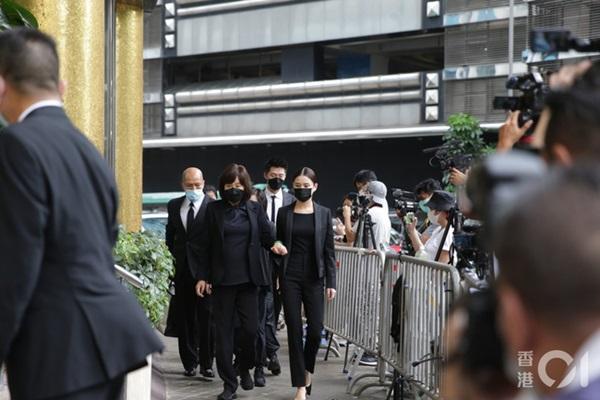 Khung cảnh tại tang lễ Vua sòng bài Macau ngày thứ 2: Người dân mang di ảnh đến viếng, quan chức cấp cao và giới doanh nhân cũng có mặt-4