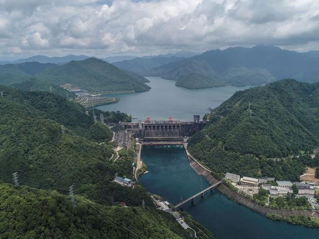 Đập thủy điện Trung Quốc xả lũ: Mặt sông tựa như mặt biển, như cuồng phong gào thét-1