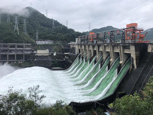 Đập thủy điện Trung Quốc xả lũ: Mặt sông tựa như mặt biển, như cuồng phong gào thét-2