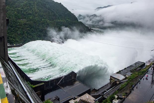 Đập thủy điện Trung Quốc xả lũ: Mặt sông tựa như mặt biển, như cuồng phong gào thét-3