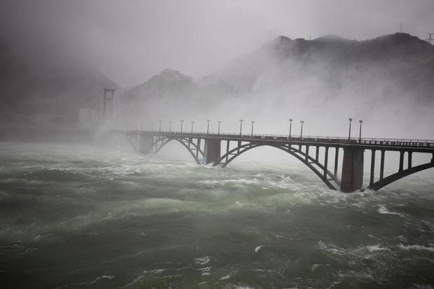Đập thủy điện Trung Quốc xả lũ: Mặt sông tựa như mặt biển, như cuồng phong gào thét-5