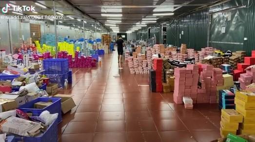 Ảnh, clip bên trong tổng kho hàng lậu 10.000 mét vuông của 9x Lào Cai: Hàng nghìn sản phẩm nhái Gucci, Louis Vuitton, Adidas..., doanh thu mỗi tháng chục tỷ-3