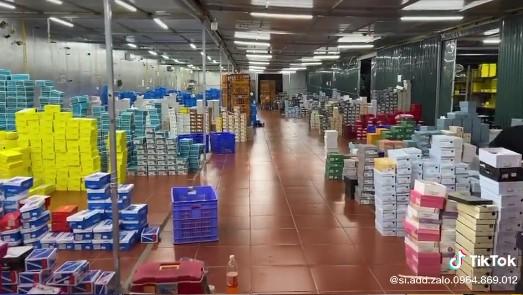 Ảnh, clip bên trong tổng kho hàng lậu 10.000 mét vuông của 9x Lào Cai: Hàng nghìn sản phẩm nhái Gucci, Louis Vuitton, Adidas..., doanh thu mỗi tháng chục tỷ-5