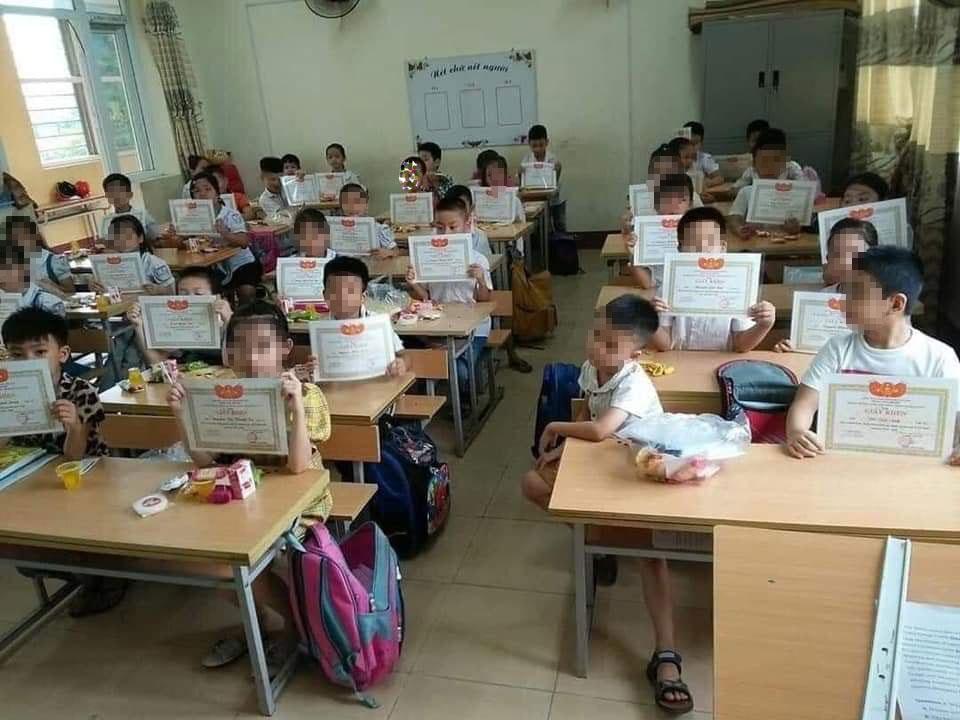 Hình ảnh gây tranh cãi nhất năm: Học sinh lạc lõng trong lớp vì không được giấy khen và tâm thư của một thầy giáo-1