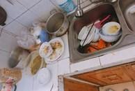 Vợ nhờ rửa bát, chồng hất tung mâm khẳng định: 'Đàn ông chỉ lo việc lớn' nhưng vài phút sau lại 'cun cút' tự đi dọn dẹp