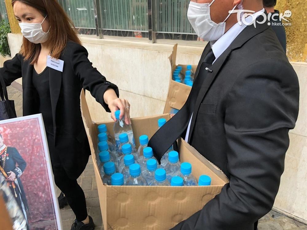 Tiết lộ túi quà mà gia tộc danh giá nhất Hồng Kông tự tay chuẩn bị cho các phóng viên ở tang lễ Vua sòng bài Macau-4