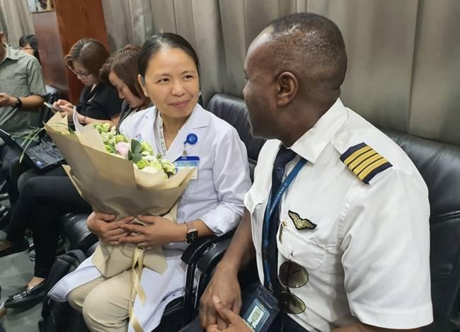 Bệnh nhân 91 tươi cười nhận giấy ra viện, Đoàn bay 919 đến tiễn phi công người Anh về nước-7