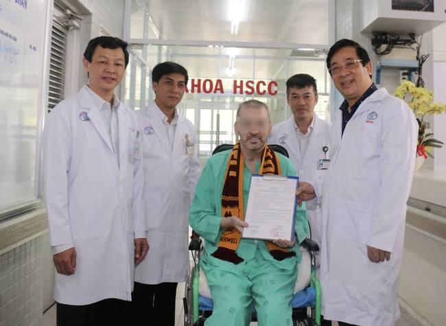 Bệnh nhân 91 tươi cười nhận giấy ra viện, Đoàn bay 919 đến tiễn phi công người Anh về nước-8