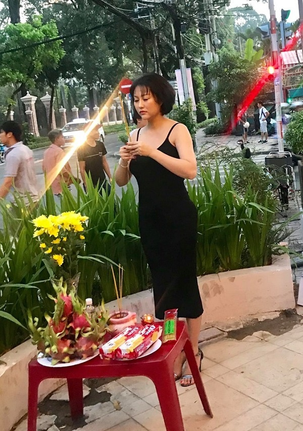 Phi Thanh Vân gây tranh cãi vì mang giày vào khu vực cúng Tổ nghề dù đã có biển nhắc nhở-3