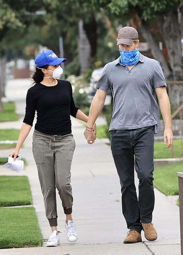 Vợ chồng Meghan Markle hiếm hoi lộ diện trên đường phố Mỹ, đáng chú ý là dáng vẻ của Harry trong khi bé Archie hoàn toàn vắng bóng-5