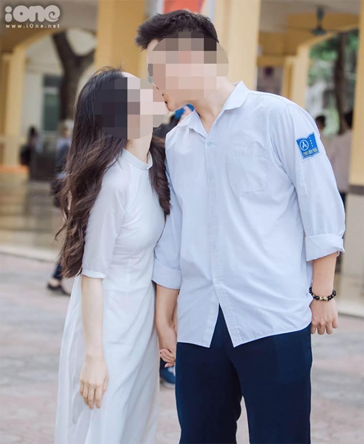 Hôn bạn gái ngay giữa sân trường trong lễ bế giảng, hành động của nam sinh trường Phan Đình Phùng nhận về nhiều ý kiến trái chiều-1