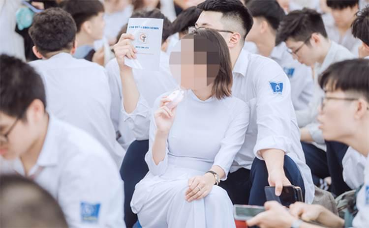 Hôn bạn gái ngay giữa sân trường trong lễ bế giảng, hành động của nam sinh trường Phan Đình Phùng nhận về nhiều ý kiến trái chiều-3