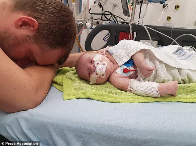 Nhịp tim tăng lên 320 lần/phút, bé sơ sinh được bác sĩ cấp cứu bằng cách nhúng đầu vào xô nước đá-1