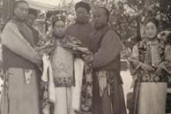 Thái giám thời nhà Thanh luôn mang một chiếc khăn lớn thấm hương liệu bên mình, nguyên nhân của hành động này có liên quan đến việc tịnh thân