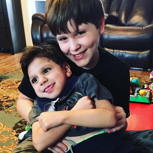 Cặp đôi sốc khi thấy con trai nuôi bệnh tật và suy dinh dưỡng nặng, bác sĩ bảo không có hy vọng nhưng 4 năm sau ai cũng ngỡ ngàng-6