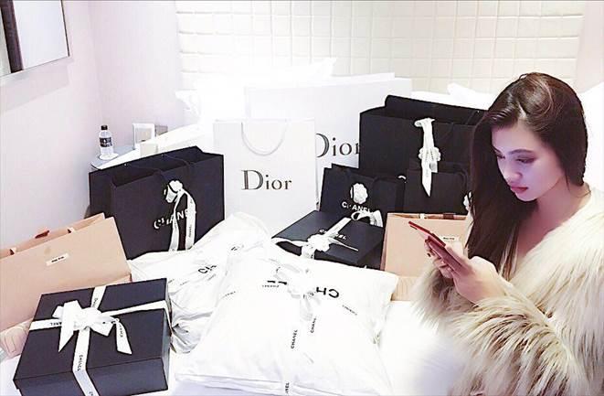Khám kho hàng hiệu hàng chục tỷ của Hoa hậu duy nhất là rich kid Jolie Nguyễn-2
