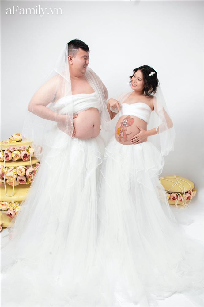 Bộ ảnh bầu hot nhất MXH: Bố bụng mỡ tạo dáng xinh không kém mẹ bầu, ai xem cũng phải thốt lên quá dễ thương-1