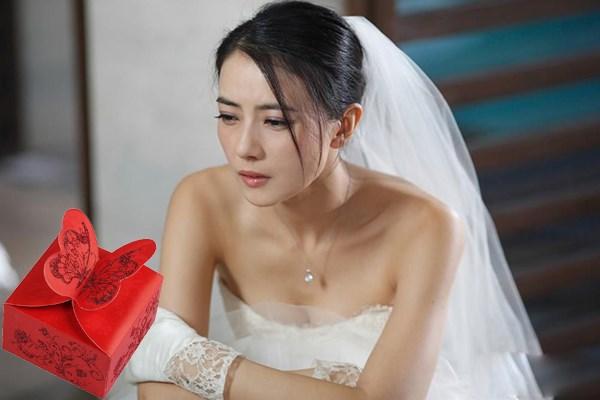 Mở quà cưới của bạn thân chồng tặng, tôi lập tức nhường anh cho cô ta