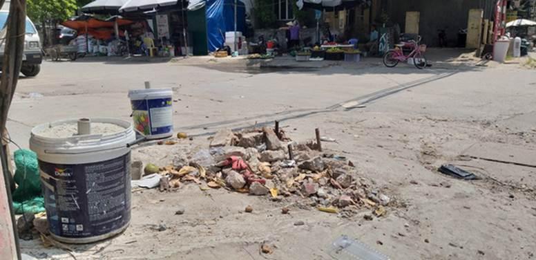 Vụ người phụ nữ bán hoa quả bị đâm tử vong ở Hà Nội: Một khách hàng đem 2 nghìn đồng đến hiện trường trả lại cho người đã khuất-1