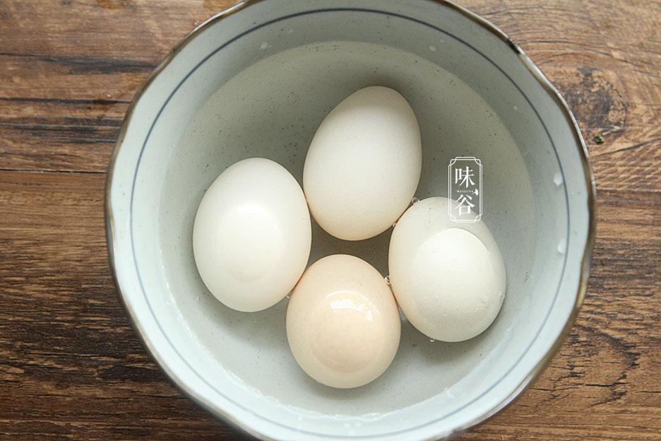 Trứng luộc đừng chỉ có mỗi nước lạnh, thêm 2 thứ này vào trứng chín mềm, vỏ dễ bóc-2