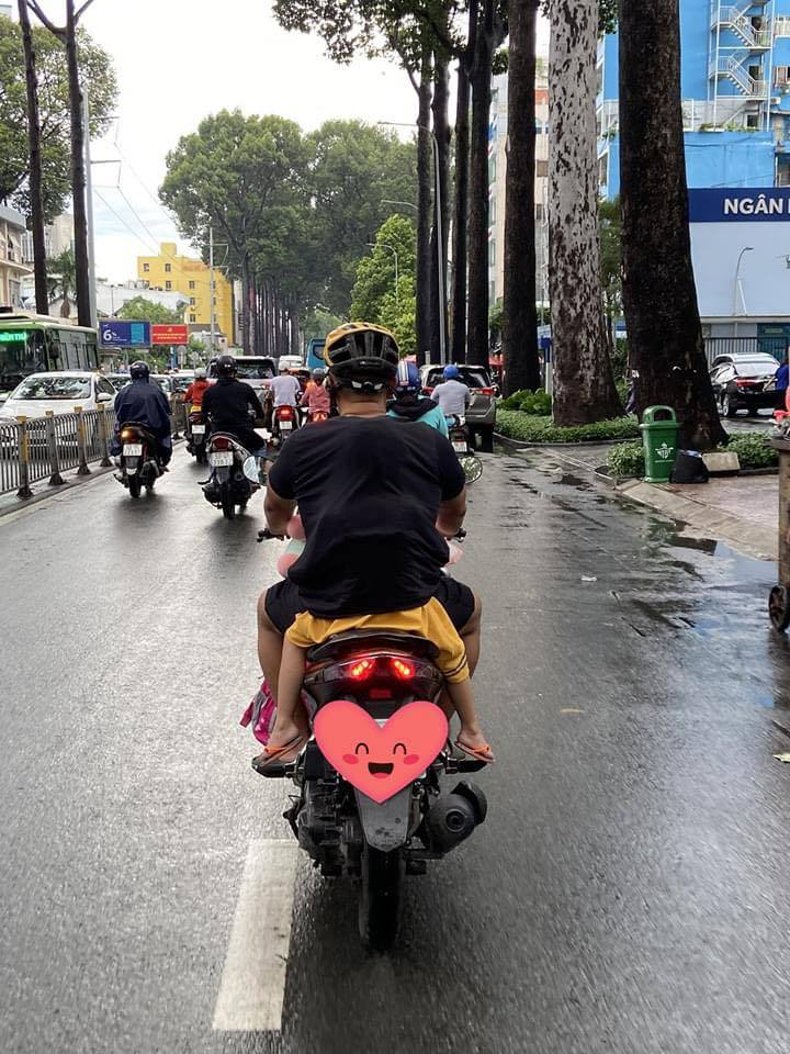 Ngọt ngào khoảnh khắc con gái chui vào sau áo bố để tránh mưa: Bố luôn là hiệp sĩ, bảo vệ con theo cách của riêng mình-1