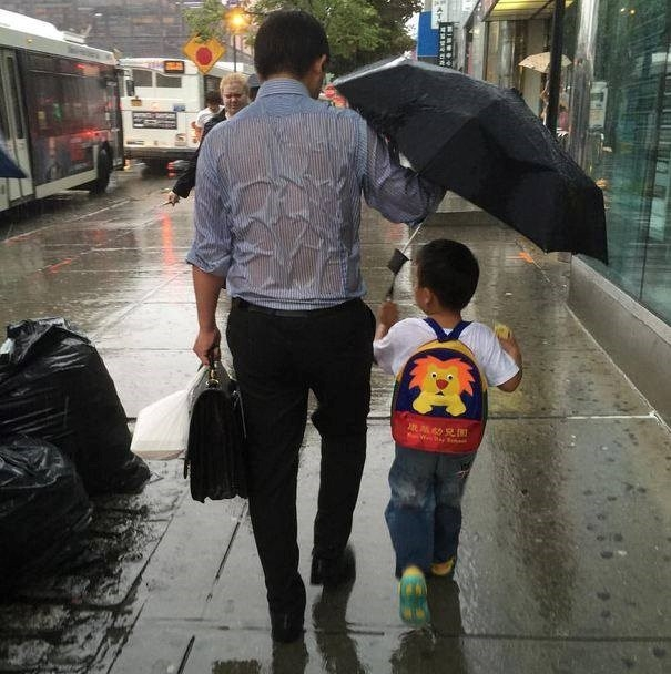 Ngọt ngào khoảnh khắc con gái chui vào sau áo bố để tránh mưa: Bố luôn là hiệp sĩ, bảo vệ con theo cách của riêng mình-4