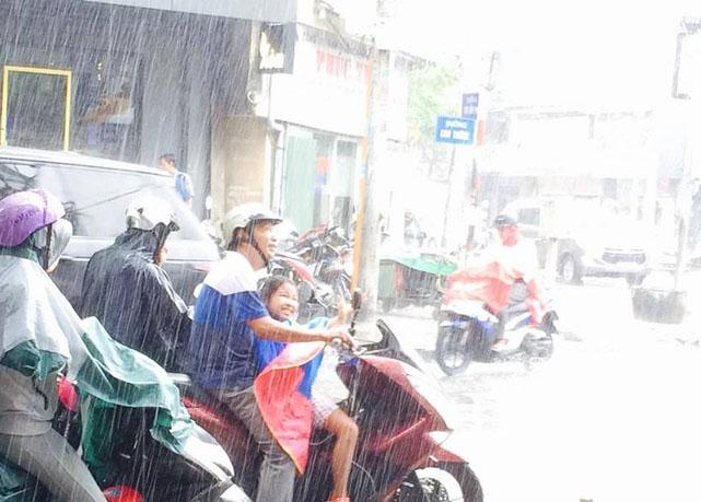 Ngọt ngào khoảnh khắc con gái chui vào sau áo bố để tránh mưa: Bố luôn là hiệp sĩ, bảo vệ con theo cách của riêng mình-5