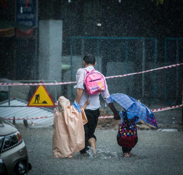 Ngọt ngào khoảnh khắc con gái chui vào sau áo bố để tránh mưa: Bố luôn là hiệp sĩ, bảo vệ con theo cách của riêng mình-6