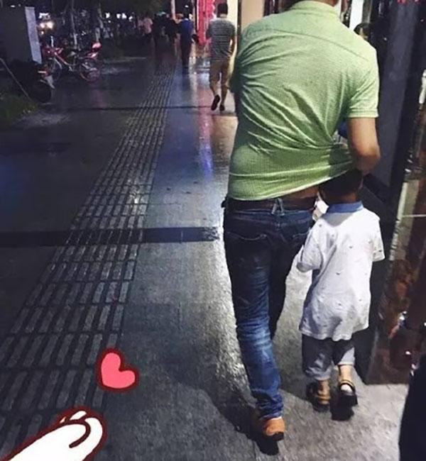 Ngọt ngào khoảnh khắc con gái chui vào sau áo bố để tránh mưa: Bố luôn là hiệp sĩ, bảo vệ con theo cách của riêng mình-7