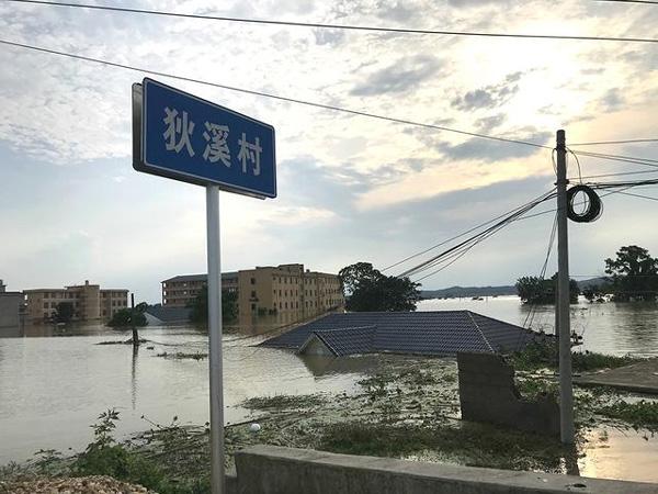 Người TQ run rẩy nhìn nước lũ vây khốn, nhà bị nhổ tận gốc, chỉ còn tâm niệm giữ mạng-2