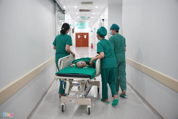 100 y bác sĩ làm gì trong phòng mổ tách song sinh dính liền?-3