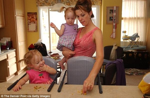 2 con gái sinh đôi dính liền, cha mẹ mất 7 tháng mới quyết định tách rời con, 17 năm sau ai cũng mãn nguyện khi thấy nụ cười của các em-6