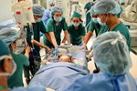 Tin vui: 18h40, cặp song sinh Trúc Nhi - Diệu Nhi đã được đưa ra khỏi phòng mổ sau khi các bác sĩ hoàn tất khâu tạo hình cuối cùng-12