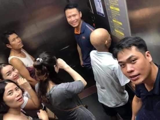 Toàn cảnh vụ rơi thang máy trong bệnh viện ở Hà Nội, nhưng thay vì la hét hay hoảng loạn thì nhóm người này lại làm một hành động khiến ai cũng... mừng-1