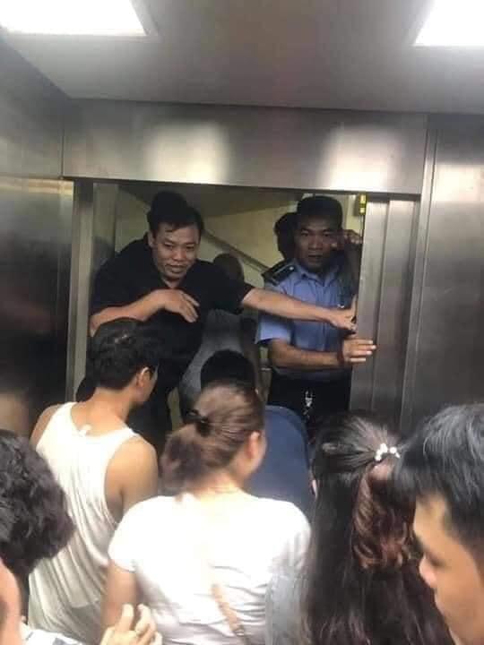 Toàn cảnh vụ rơi thang máy trong bệnh viện ở Hà Nội, nhưng thay vì la hét hay hoảng loạn thì nhóm người này lại làm một hành động khiến ai cũng... mừng-2