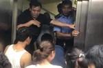 Toàn cảnh vụ rơi thang máy trong bệnh viện ở Hà Nội, nhưng thay vì la hét hay hoảng loạn thì nhóm người này lại làm một hành động khiến ai cũng... mừng
