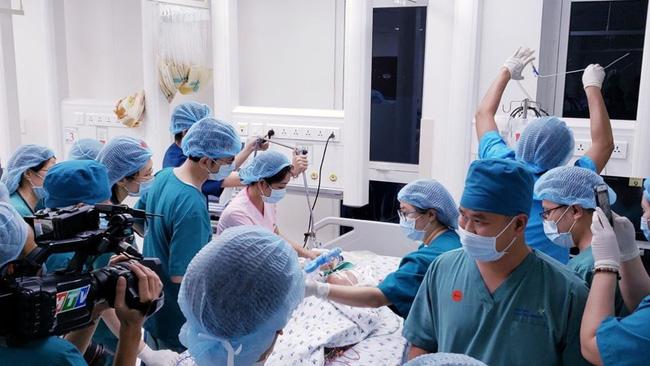 Tin vui: 18h40, cặp song sinh Trúc Nhi - Diệu Nhi đã được đưa ra khỏi phòng mổ sau khi các bác sĩ hoàn tất khâu tạo hình cuối cùng-3