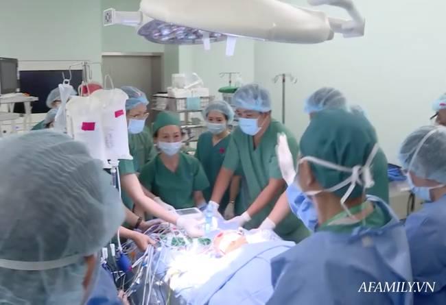 Tin vui: 18h40, cặp song sinh Trúc Nhi - Diệu Nhi đã được đưa ra khỏi phòng mổ sau khi các bác sĩ hoàn tất khâu tạo hình cuối cùng-5