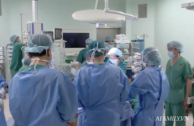 Tin vui: 18h40, cặp song sinh Trúc Nhi - Diệu Nhi đã được đưa ra khỏi phòng mổ sau khi các bác sĩ hoàn tất khâu tạo hình cuối cùng-7