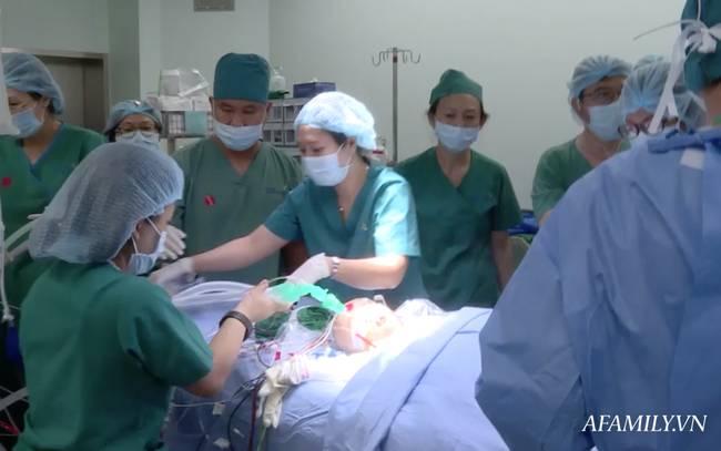 Tin vui: 18h40, cặp song sinh Trúc Nhi - Diệu Nhi đã được đưa ra khỏi phòng mổ sau khi các bác sĩ hoàn tất khâu tạo hình cuối cùng-9