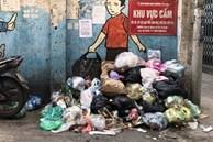 Ảnh, clip: Trung tâm Hà Nội rác chất thành 'núi' vì dân lại chặn xe vào bãi rác Nam Sơn