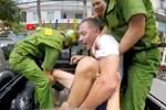 Người đàn ông nước ngoài cầm dao dọa đâm người