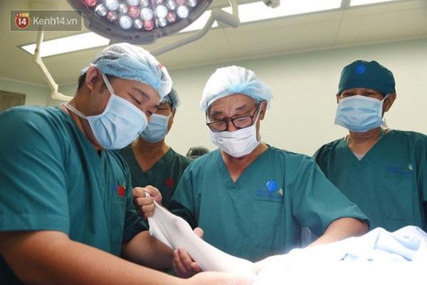 ẢNH: Khoảnh khắc xúc động trong suốt 12 tiếng phẫu thuật giúp Trúc Nhi - Diệu Nhi có được hình hài nguyên vẹn-7