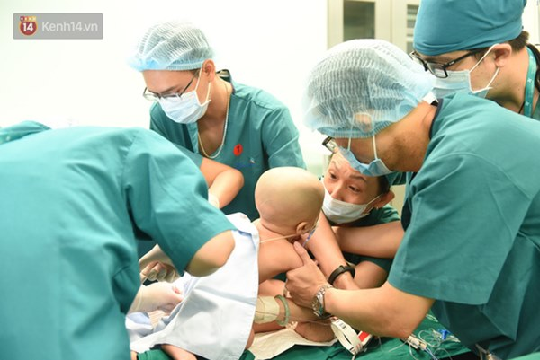 ẢNH: Khoảnh khắc xúc động trong suốt 12 tiếng phẫu thuật giúp Trúc Nhi - Diệu Nhi có được hình hài nguyên vẹn-11