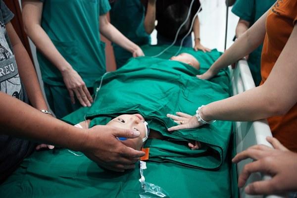 Cuộc đại phẫu đặc biệt của gần 100 bác sĩ tách song sinh dính liền-5